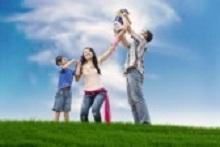 15193391-楽しい支出アジア家族の牧草地で夏の日.jpg